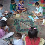 Children in the Centro Modelo La Carpio creating art