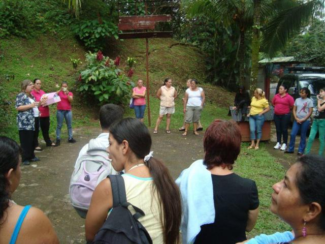 Women from La Carpio give a nature workshopto the Women from la Leon XIII in La Finca